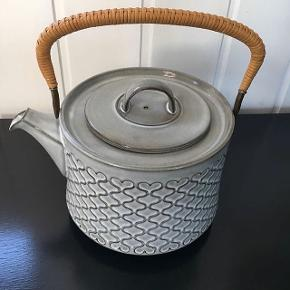 Tekande designet af Jens Harald Quistgaard og produceret af Kronjyden. Den flotteste grå farve. Begge fremstår i rigtig pæn stand. Pris 550,-