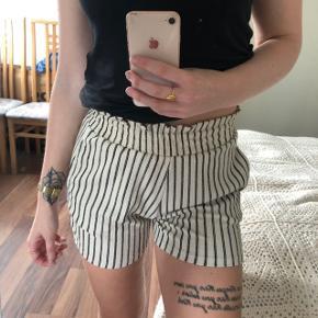 Helt nye shorts med stræk i taljen. Sidder vildt flot!  Np 180kr.
