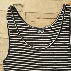 Vintage sort/hvid stribet kjole. Mærket med størrelse er der ikke, så størrelsen er et sjus. Se i stedet på målene. Den måler 66 i omkreds og den er 97 lang.