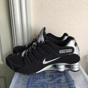 Super smarte Nike Shox lavet i sort ruskind og sølv i str 43 sælges . Aldrig brugt. Kan bruges af begge køn. Sælger ud af min samling af nike sko. Køber betaler fragt.