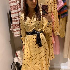 Jeg OVERVEJER at sælge min kjole, hvis det rette bud kommer. Den er aldrig brugt og har stadig prismærke i.  Nyprisen er 2.600,- Jeg sender gerne flere billeder af kjolen.