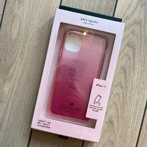 ❌ Covers til iPhone 11 ❌  Pink glimmer cover fra Kate Spade nypris var 499kr. Sælges for 250kr brugt få gange.  Lyserød/guld cover fra Guess sælges til 100,-    Skriv en privat ved køb af ønsket cover, så opretter jeg en handel med det køber du ønsker at købe.
