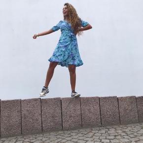 Smuk slå om kjole fra Boii 🌸💗 helt ny med mærke i
