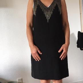 Sort knælang kjole