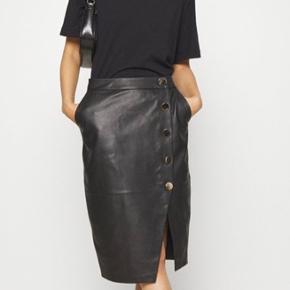 Den lækre Deri nederdel i det blødeste skind, med fine pynteknapper.  Aldrig brugt - ny i butikkerne.   Jeg bytter ikke.