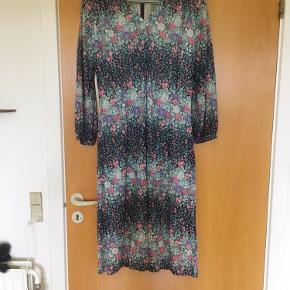 Meget smuk blomstret vintage - retro kjole. Str M-L. Mål: længde 115 cm, bryst: 2*50 m, talje: 2*42 cm.