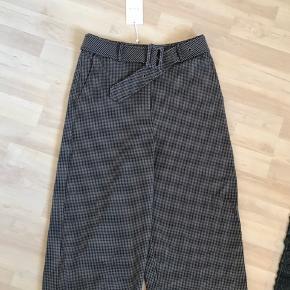Sælges fordi de er for store til mig i taljen. Bæltet som befinder sig i bukserne, kan godt tages af. Bukserne er ikke cropped på mig - jeg er ca. 171 cm. Brede ben. Ikke ryger hjem.