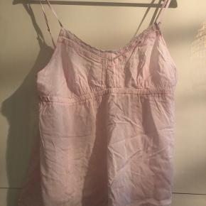 Lille sød undertrøje man bruger som nattøj.