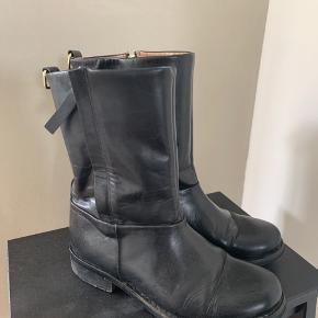 Velholdte lækre støvler fra Malene Birger i sort kalveskind med lyst læder indvendig. Hælene trænger til en tur til skomageren ellers i superfin stand.