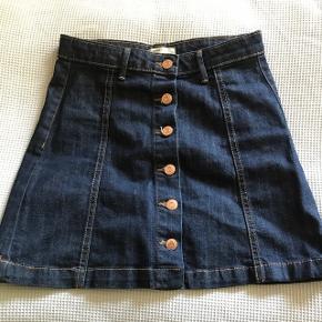 Rigtig fin denim miniskirt i str.36 (brugt af pige på 12 år). I pæn og hel stand. Med knapper ned foran.