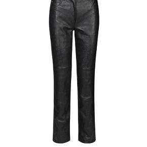 Sælger mine smukke Rosita Pants fra Saks Potts. Bukserne er helt nye, stadig med original tag. De er en str. 3. Kom med et bud 😊