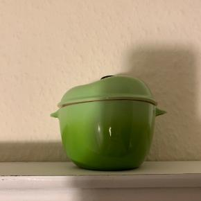 """Hej! Jeg sælger denne le creuset """"æble"""" skål. Den er brugt meget lidt, og har ingen tegn på slid eller andet! Det er ikke en skål du finder hver dag. Jeg sælger den til 100kr Hvis du har spørgsmål til skålen, så spørg løs.  Tjek gerne mine andre annoncer ud for en masse billige ting!"""