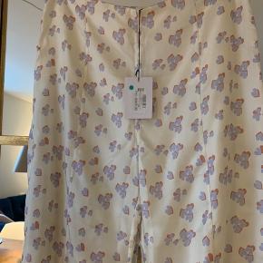Smukkeste bukser. Aldrig brugt. 96cm i længden
