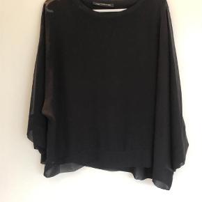 Varetype: Bluse Farve: Sort  ZARA WOMAN. Sort chiffon med fast trøje under. Str. XL. Kan sendes mod betaling af porto kr. 40,00 med DAO.