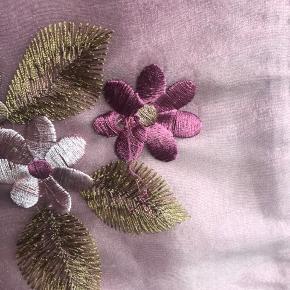 Kjole lavet i smukkeste silke fra Creton. Skal derfor renses og ikke vaskes. Så smuk en kjole.