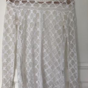 Klassisk hvid blondebluse fra Isabel Marent. I str36, lidt lang i modellen. Nypris 2500kr