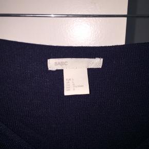 Halløj❤️ Sælger denne fine bluse fra H&M.  Sælger den, da den er al for stor til mig🌹  Kan ikke huske den nye pris🐝  Sender ikke, afhentes i Albertslund❤️