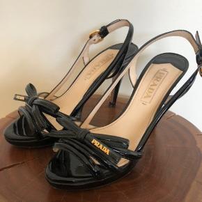 Smukke Prada stilletter 😍 Har et hak bagpå hælen, tænker en skomager kan gøre dem fine igen!!!