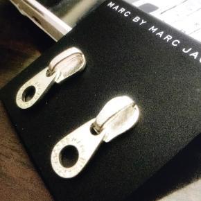 Har simpelthen scoret 2 par forsølvede lynlås øreringe fra Marc Jacobs. Kan måske få flere!  2,5 cm lange i kirurg stål der er forsølvede  Super flotte, har kun 1 eller 2 par af hver farve Prisen er FAST og BILLIG da jeg har indkøbt ved min faste forhandler i N.Y Varen bliver sendt i gratis gaveæske med DAO og jeg sender den dag du betaler