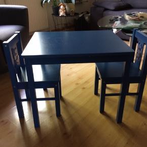 Sæt med 2 stole og bord fra ikea, der er brugstegn i form af lidt ridser på bordpladen - men ellers i fin stand