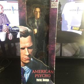 Super fed 18 tommer stor Patrick Bateman figur fra American Psycho filmatiseringen af Bret Easton Ellis' mesterværk..    Figuren er ny, og har aldrig været udstillet ude af æsken..   Dog er æsken desværre blevet pænt medtaget, pga dårlig opbevaring..    Ellers er alt i mint condition, og har ellers ingen fejl/mangler..    Vurderet ud fra eBay, vælger jeg at sætte den til salg ca 20% under snit prisen, da jeg gerne vil af med den asap.!      SE OGSÅ ALLE MINE ANDRE ANNONCER.. :D