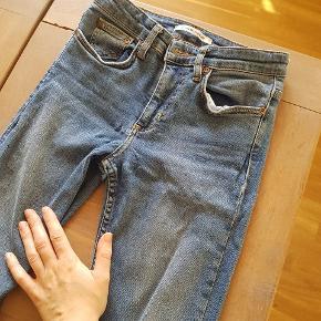 Won Hundred Jeans i str. 25/34  Har tegn på slid ved den ene bukserem (revet sig løs - se billede 2), men ses ikke på :-)   Nypris 1200
