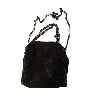 Stella McCartney Crossbody i all Black med sorte kæder  Der er et lille slidmærke som jeg kan sende billede af ved interesse. Trendsales lod mig ikke tilføje flere billeder