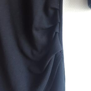 Mango basis.  Fin sort men detaljer, som lignende slids.  Skal sidde stramt men er for lille til mig, som er en stor M.  Jeg sender med Trendsales.