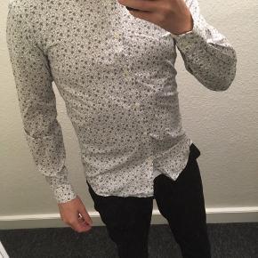 """Selected Homme skjorte sælges, da den er blevet en smule for lille til mig.  Lækkert """"flower-print""""."""