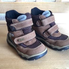 Støvler med gore-tex og velcro lukning. Har brugsspor under bund, se billede 3 ellers i god stand