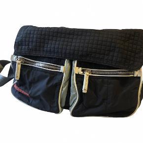 Total cool Prada taske i nylon - købt på Vestiaire.    Det indvendige stof er revnet lidt - skriv for flere billeder.