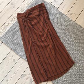 Nederdel i fineste rustfarve m. fine detaljer (se billeder). Sælges da den desværre er for stor.