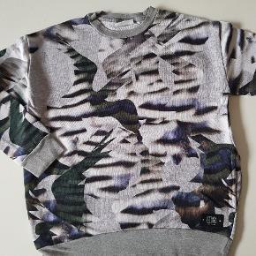 Sweatshirt med grafisk print. Lommer i siderne. Næsten som ny. Str. 152. Nypris 400 kr.  Køber betaler evt porto. Dao 38 kr.