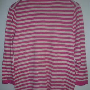 Varetype: Spændende cardigan fra Two Danes Farve: pink/hvid  Lækker cardigan fra Two Danes i 50 % modal og 50 % bomuld.  Sendes på købers regning med forsikret Daopost ( 37 kr)  BYTTER ALDRIG