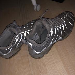 Sålen er slidt foran - Nike mærket er slidt - lidt beskidte ellers fejler de ikke noget. Jeg har en mp på disse Nike tn beaters som er 300kr inkl fragt jo mindre budt højere.