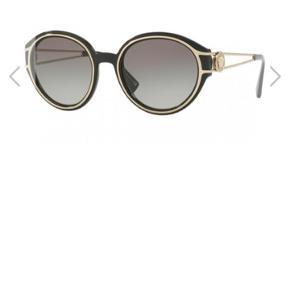 Versace solbriller model: VE4342.  Kan købes nu for 930,56 kr.  Er kun brugt 1-2 gange.  Køber betaler forsendelse.  Kan eventuelt aftale at mødes og handle i Køge omegn eller Kbh.