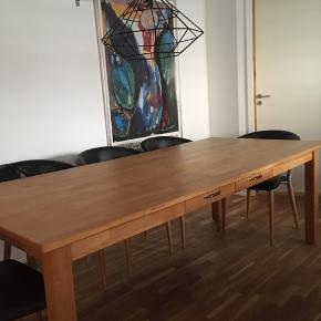 Super flot langbord/spisebord i olieret træ, 220 x 100, der har altid været dug på så ingen ringe eller mærker på bordpladen, nyprisen var 10.000 kr. Der er to små skuffer i hver side.