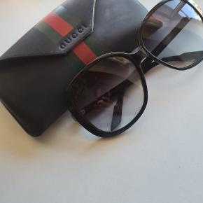 Flotte klassiske gucci solbriller. De er brugt en del i en periode og har nogle brugsspor samt lidt er logoet er slidt. Etui medfølger. Prisen er sat derefter  Nypris var 2600