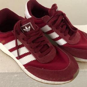 Varetype: SneakersFarve: Røde Oprindelig købspris: 799 kr.  Ultra boost bund, 37 1/3 sælges kun da de er for små