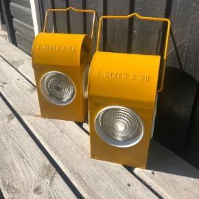 Super cool og gammel engelsk lanterne i gul metal. Brugt til advarsel ved vej og jernbanearbejde. Den er produceret tilbage i 1930-40 og er af mærket Chalwyn. Origianl petroleums holder er intakt og virker perfekt Dette par er i utrolig god stand. Pris pr stk 500kr rabat ved køb af begge.