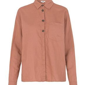 Sød hør skjortekjole fra MbyM. Skjorten er støvet mørk rosa med gennemgående knappelukning, der er skjult i bunden. Brugt meget få gange og skal blot stryges, så er den så god som ny.