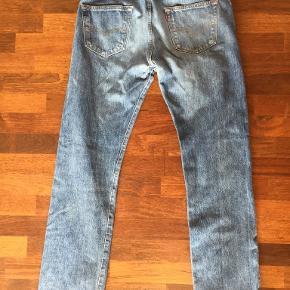 Originale forvaskede og lyse Levis jeans 501. Str. 34/34. Velholdte, uden huller eller slid. Bytter ikke. Betaling via mobilepay og sender med DAO fra dag til dag.  Portoen er 38 kr. og betales af køber. Se også mine øvrige annoncer. (10)
