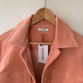Skøn jakke fra GANNI, som stråler af sommer og forår. Den er aldrig brugt, da farven desværre ikke klæder mig.