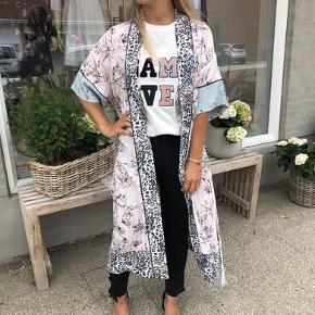 Nypris: 1800,-  Super smuk og feminin romantisk kimono i et skønt mixet print fra RAVN i lyserød rosa leopard mm. Det er en str. 36/Small, men synes nærmere den er en One size, som de fleste kimonoer, da der er god plads i den. Jeg er selv en str. M og passer den perfekt.  God og rummelig, og med lommer i begge sider.  Materiale: 100% Viskose Vask: 30°