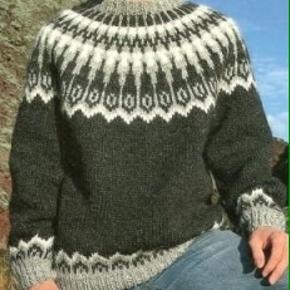 Lækker herresweater - håndstrikket i ren islandsk uld - alafoss lopi. Sweateren er med et flot islandsk mønster i farver som foto eller du kan vælge dine egne farver. Se farvekort og skriv de ønskede numre, når du bestiller  Strikkes på bestilling i størrelse S - M - L  Passer en brystvidde på: 104 - 112 - 119 cm   Længde midt forfra halsudskæring: 65(68) 70 cm. Ærmelængde til under ærmet: 48(48) 50 cm.