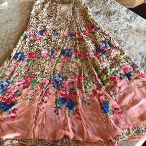 Blumarine Nederdel , aldrig brugt, er som ny, 100% silke, flotte farve. IT 44 str.