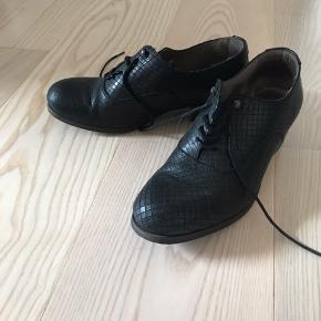 Coque Terra læder sko str 38. Brugt lidt men fremstår næsten som ny. Let slid kan ses på sålen.