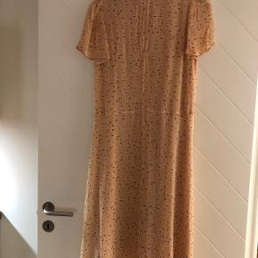 Smuk ferskenfarvet kjole. Brugt en gang.  Længde: 110 cm. Brystmål ca. 50-52 cm.  Er en str. 40, men passer str. 38.