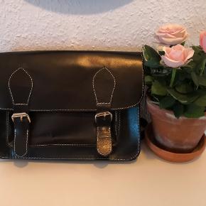 Læder taske fra Bianco. Kan bruges som crossbody og skuldertaske. Består af ét stort rum samt et mindre foran og et lille indvendigt. Brugt få gange. Lukkes via magnetknapper og kan reguleres i længden.  🔹Sender gerne/køber betaler porto 🔹Returnerer ikke 🔹Køber betaler ts gebyr
