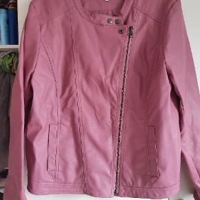 Super smart jakke i fake skind ( ikke ægte skind), brystmål ca 2x 58cm når den er lukket.